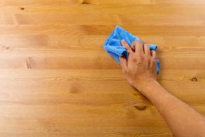 Nettoyer tache sur meuble en bois